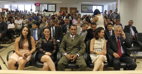Antes do início da cerimônia, Humberto Santa Cruz e esposa e Domingos Carlos Alves, com a família