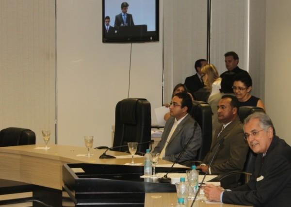 Humberto ouve com atenção a alocução do juiz Pedro Godinho