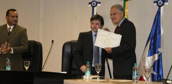 Humberto mostra o diploma para o plenário