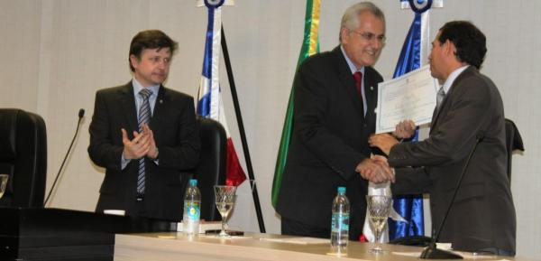 Humberto é parabenizado pelo juiz titular da Vara Crime, Claudemir da Silva Pereira