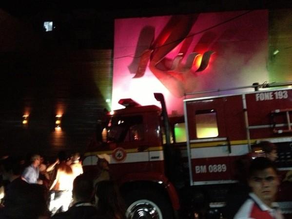 Foto de Fernando Bona para Zero Hora e G1: bombeiros trabalham