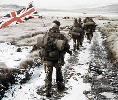 Soldados britânicos retomam o controle do arquipélago de mais de 700 ilhas