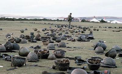 Capacetes de soldados argentinos mortos ou feito prisioneiros repousam no campo de combate