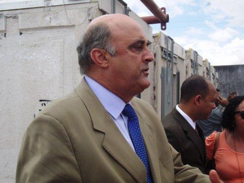 Secretário Nestor Duarte. Ao fundo, as celas pré-fabricadas.