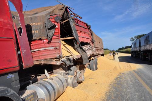 O caminhão que viajava para o litoral despejou parte  da carga na pista