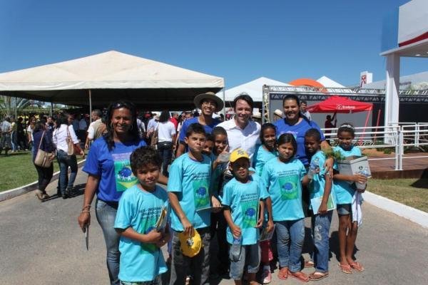 O deputado Mario Negromonte Jr. posou junto com os meninos do programa de erradicação do trabalho infantil