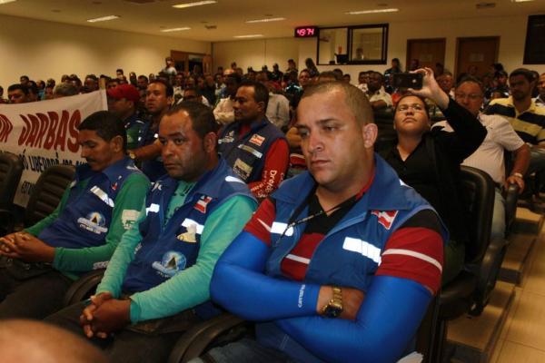 Silvano Oliveira, em primeiro plano,  presidente  da AMOTALEM, ouviu com atenção Jarbas Rocha dizer que não teme suas ameaças.