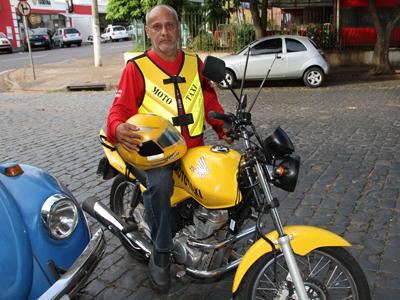 Mototaxista com equipamento padrão. Foto de referência.