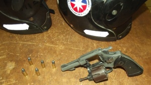 A arma apreendida com o menor.