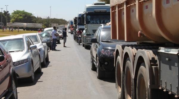 Estradas saturadas com trânsito de caminhões pesados.