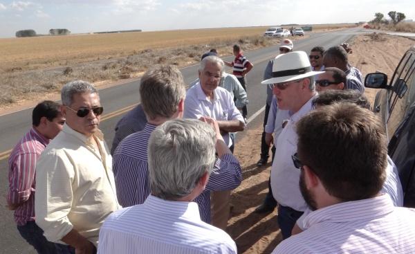 O Prefeito e técnicos em visita ao ponto onde será iniciada a obra da ligação LEM-Taguatinga, na BR 242