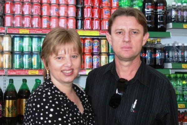 Léo e a esposa, trabalhando juntos