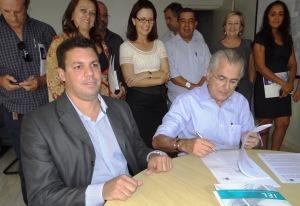 O prefeito Humberto Santa Cruz e o Gerente de Estádio do IEL Marco Antônio assinam convênio que confere a prefeitura a contratação de estagiários