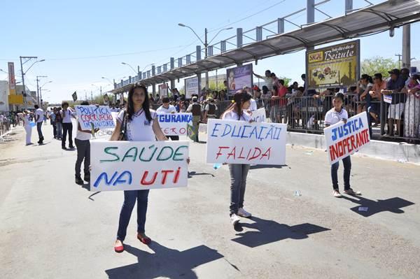 Cartazes e faixas mostram reivindicações