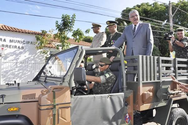 Revista das tropas em carro aberto