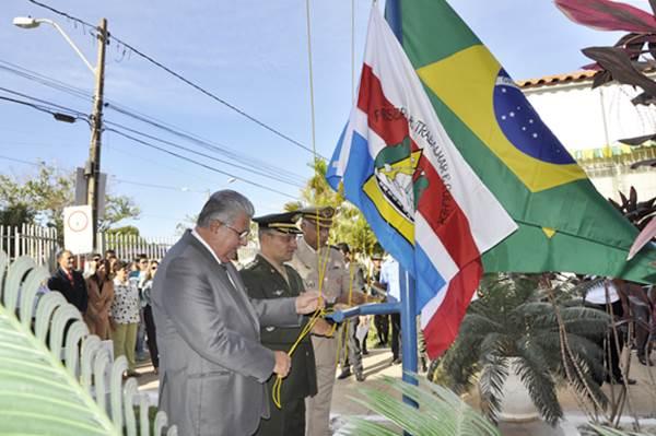 Prefeito e comandantes hasteiam as bandeiras