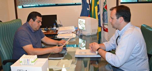 Em São Desidério, o prefeito Demir Barbosa recebe o representante da ABAPA para inteirar-se do projeto.