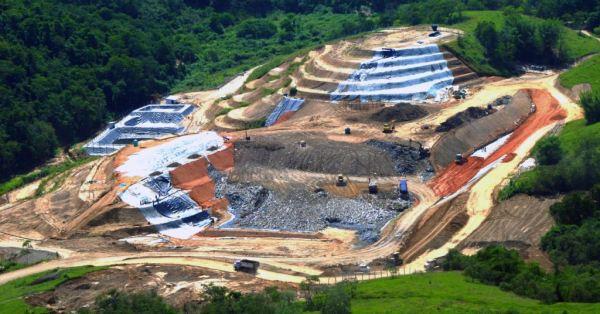 A construção de aterro sanitário é obra complexa. Mais complexo ainda é o recolhimento seletivo, reciclagem e processamento de produtos aproveitáveis.
