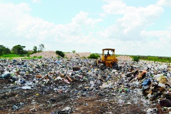 O lixão de Luís Eduardo: dentro da cidade e contaminando as cabeceiras do rio dos Cachorros. Foto de Henrique Cabelo.