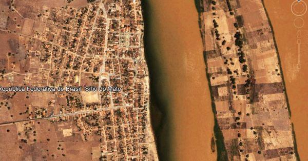 Imagem de satélite Google Earth. À beira do São Francisco, próximo a Bom Jesus da Lapa, Sítio do Mato tenta sobreviver à sanha de seus gestores