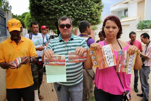 Clientes mostram, em foto do site Wandeco, documentos de suas compras e pagamentos.