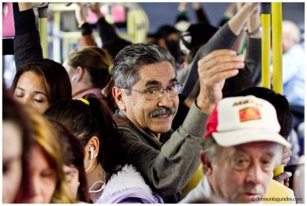 Olívio, aposentado pobre, anda de ônibus em Porto Alegre.