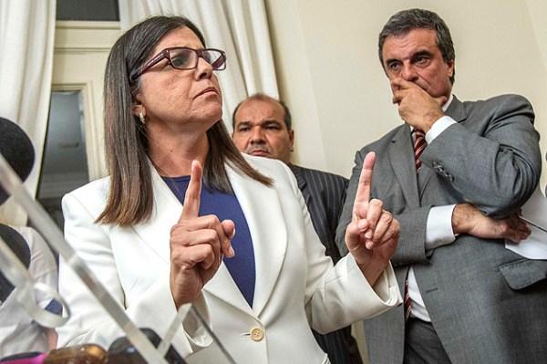 A foto de Marlene Bergamo/Folhapress mostra a Governadora irritada e arrogante, sob o olhar do ministro da Justiça, José Eduardo Cardozo.