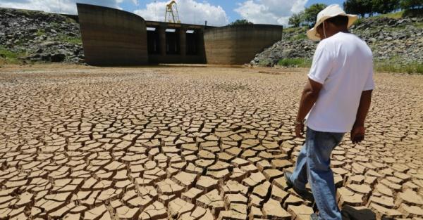 4fev2014---reservatorio-do-sistema-cantareira-da-sabesp-principal-fornecedor-de-agua-para-a-cidade-de-sao-paulo-que-fica-em-braganca-paulista-tem-terra-rachada-e-22-da-sua-capacidade-total-o-nivel-