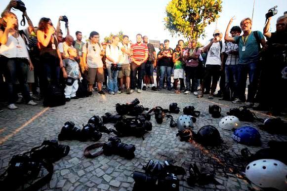 Colegas depositam suas câmeras no local da morte de Santiago, como última homenagem