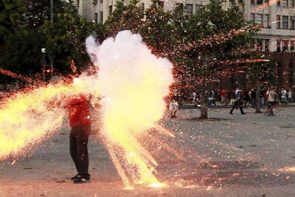 O momento em que o câmera era envolvido no fogo da baderna e da anarquia.