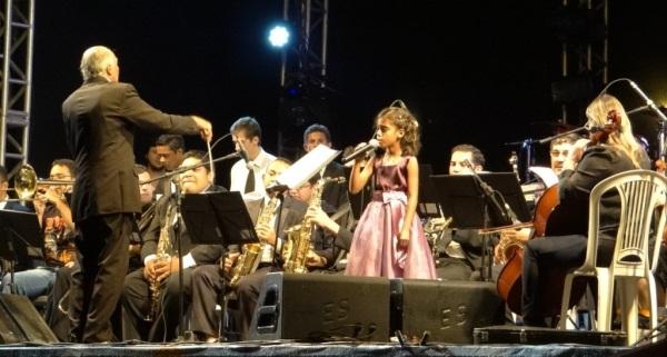 No palco a música _Esperança_ da cantora Laura Pausini, emocionou os presentes.