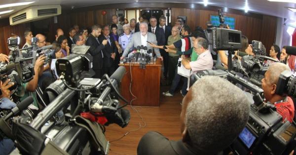 Jaques Wagner fala em coletiva de imprensa.