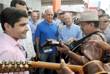 Ouvindo os cantadores da Feira, que fizeram uma homenagem aos candidatos.