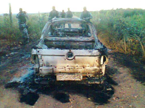Carro incendiado durante a fuga