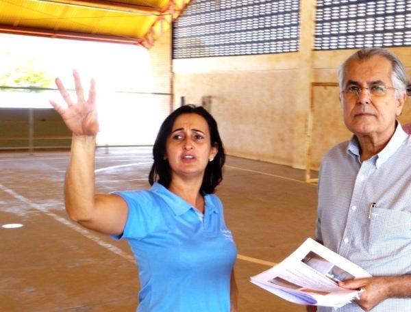Rosane dos Santos, diretora da Escola Municipal Vania Aparecida, comenta com o prefeito sobre a situação da quadra e o que poderá melhorar nas reformas.