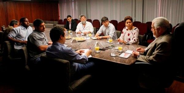 Governador Jaques Wagner concede entrevista a jornalistas de blogs da Capital. Se fizesse o mesmo com blogueiros do interior, a saia ia ser muito mais justa.