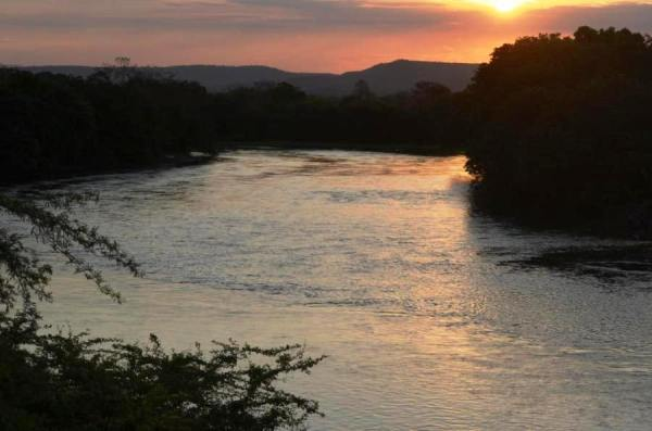 O Rio Grande, um dos mais importantes afluentes do São Francisco: uma lâmina rala de água.