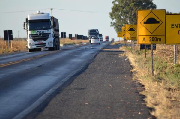 BR 020, uma das principais rodovias do País. Apesar da manutenção permanente, tráfego pesado acaba com o piso.