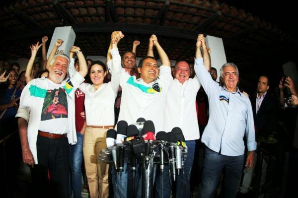Os eleitos comemoram a acachapante vitória governista.