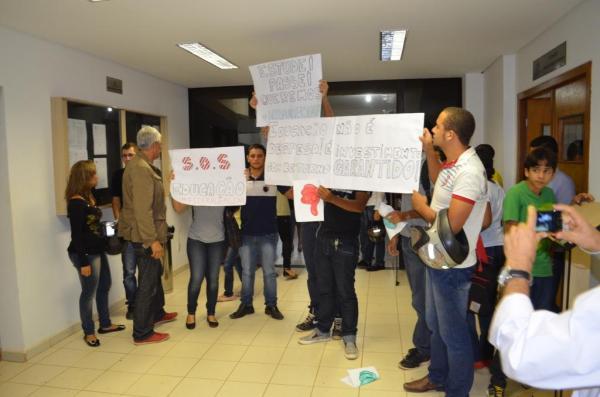 Estudantes protestam no hall do plenário