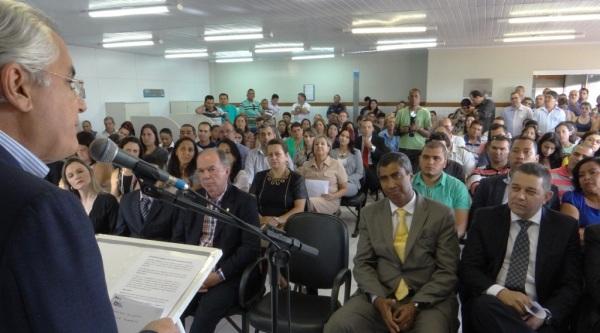 Almiro Sena ouve Humberto Santa Cruz, quando da inauguração em Luís Eduardo