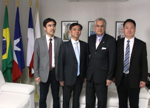 O prefeito Humberto Santa Cruz com os representantes da cidade chinesa de Yueqing