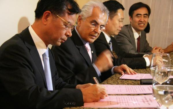 O prefeito Humberto Santa Cruz e o vice-presidente do Comitê Municipal de Yueqing, Ye Lean assinam carta de intenções entre os dois municípios.
