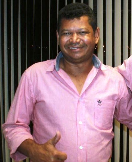 Amador Araújo, PT, o rei dos ambulantes em sua delicada camisa rosa