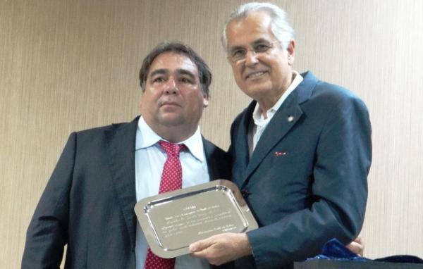 O prefeito de Luís Eduardo Magalhães recebe homenagem do prefeito de Cotegipe e novo presidente da UMOB