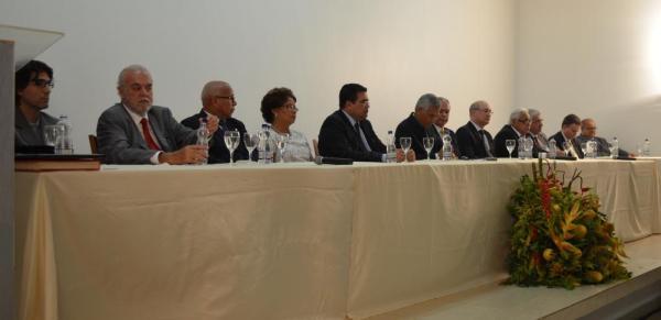 A mesa de honra da sessão solene