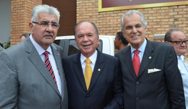 Os prefeitos Antonio Henrique e Humberto Santa Cruz e o vice-governador João Leão comemoram a instalação da Câmara