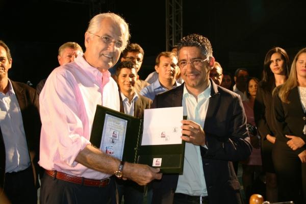 O prefeito Humberto Santa Cruz e o gerente dos Correios na Região Rondinele de Carvalho no lançamento do selo e do carimbo comemorativo