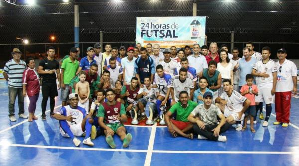 O prefeito Humberto Santa Cruz e o secretário de Esporte e Lazer, Marcos Alecrim com os campeões