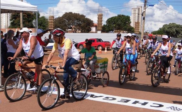 O prefeito Humberto Santa Cruz e o secretário Sérgio Verri na chegada do passeio ciclistico